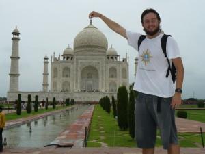 Mochileiro Segurando o Taj