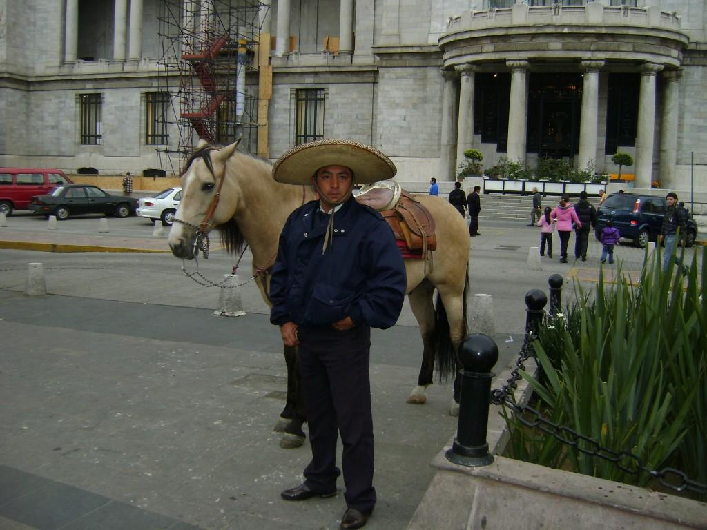 No centro histórico da cidade do México, a polícia anda de sombrero!