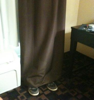 "Bert Kreischer ""esconde"" alguém atrás da cortina..."
