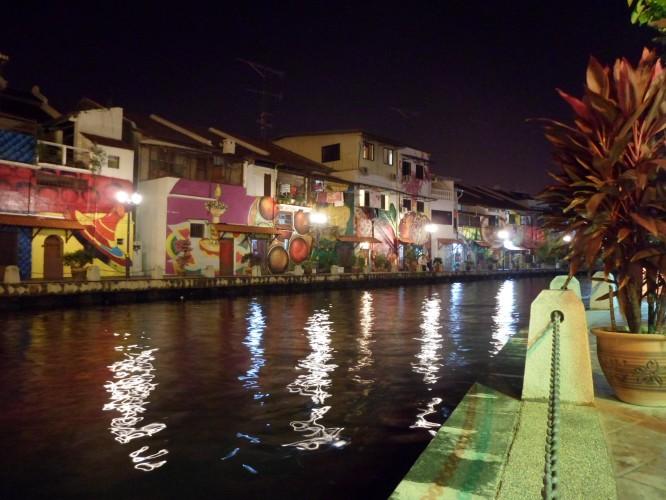 O rio de Melaka é muito bonito.