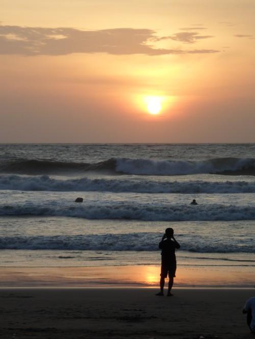 Por do sol na praia de Kuta, uma das mais conhecidas de Bali.