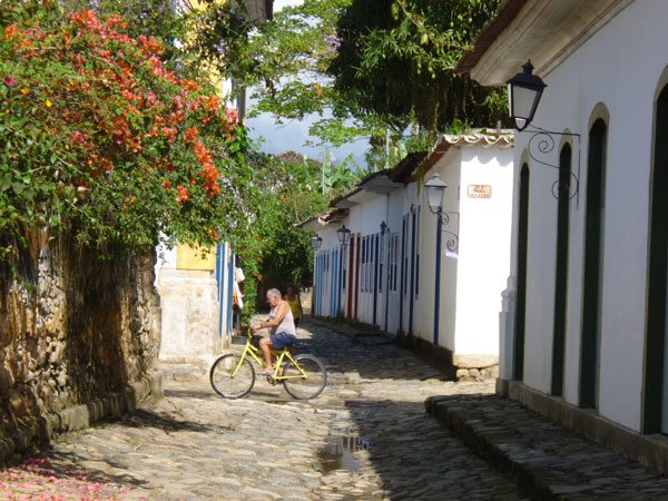 Visitante curtindo Paraty de bike