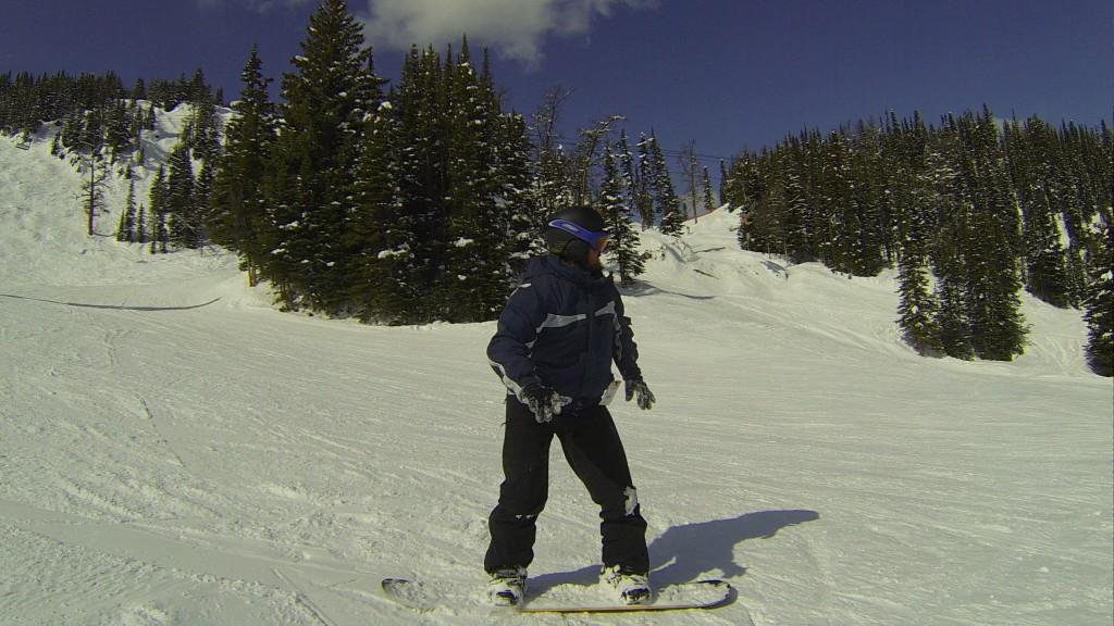 Mochileiro brincando de Snowboard em Banff