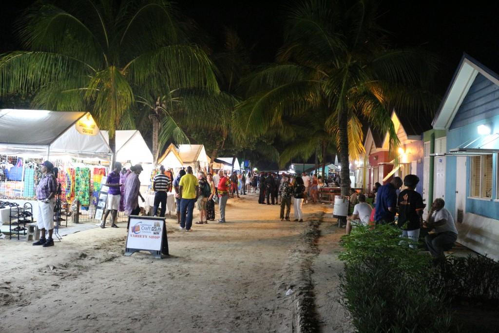 O Mercado Oinstins e a feira de artesanato.