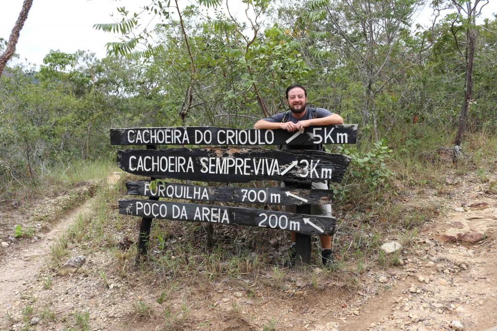 Mochileiro e a sinalização do PArque Estadual do Rio Preto, em Minas Gerais