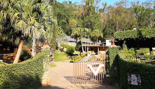 O Hotel Village Montana, em Socorro, já te recebe com muito verde!