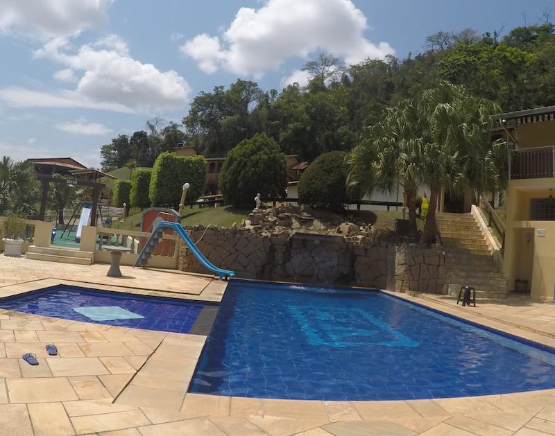 Que saudade dessa piscina com escorregador e cascata!
