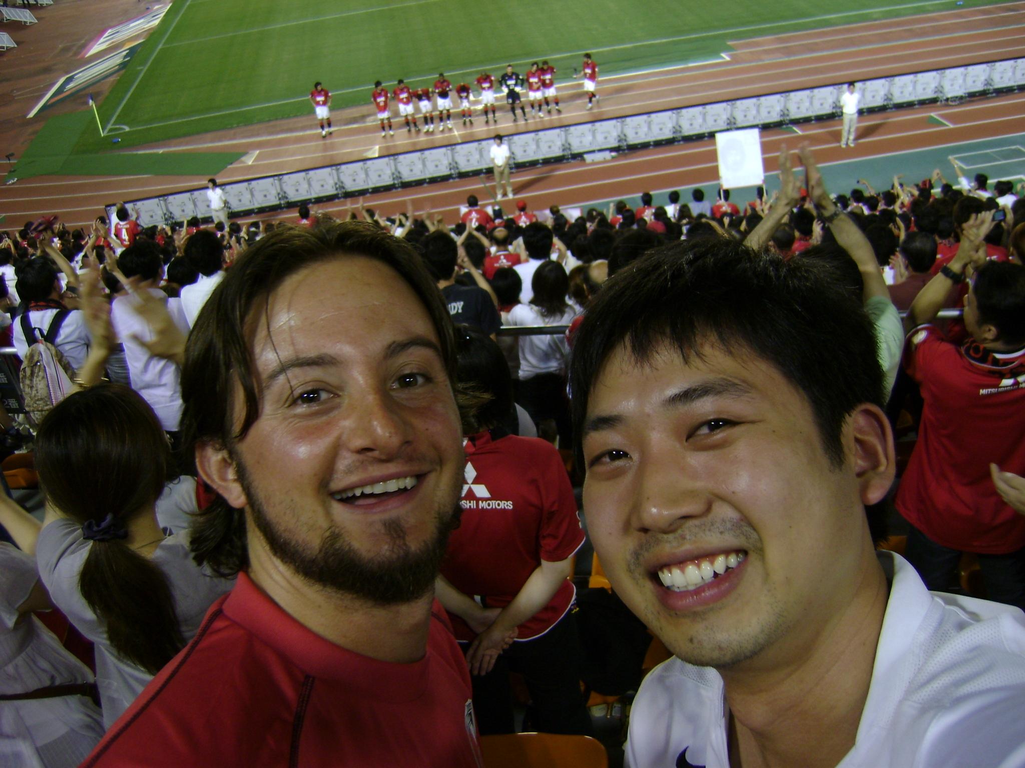 Com meu amigo André em um jogo de futebol em Tóquio