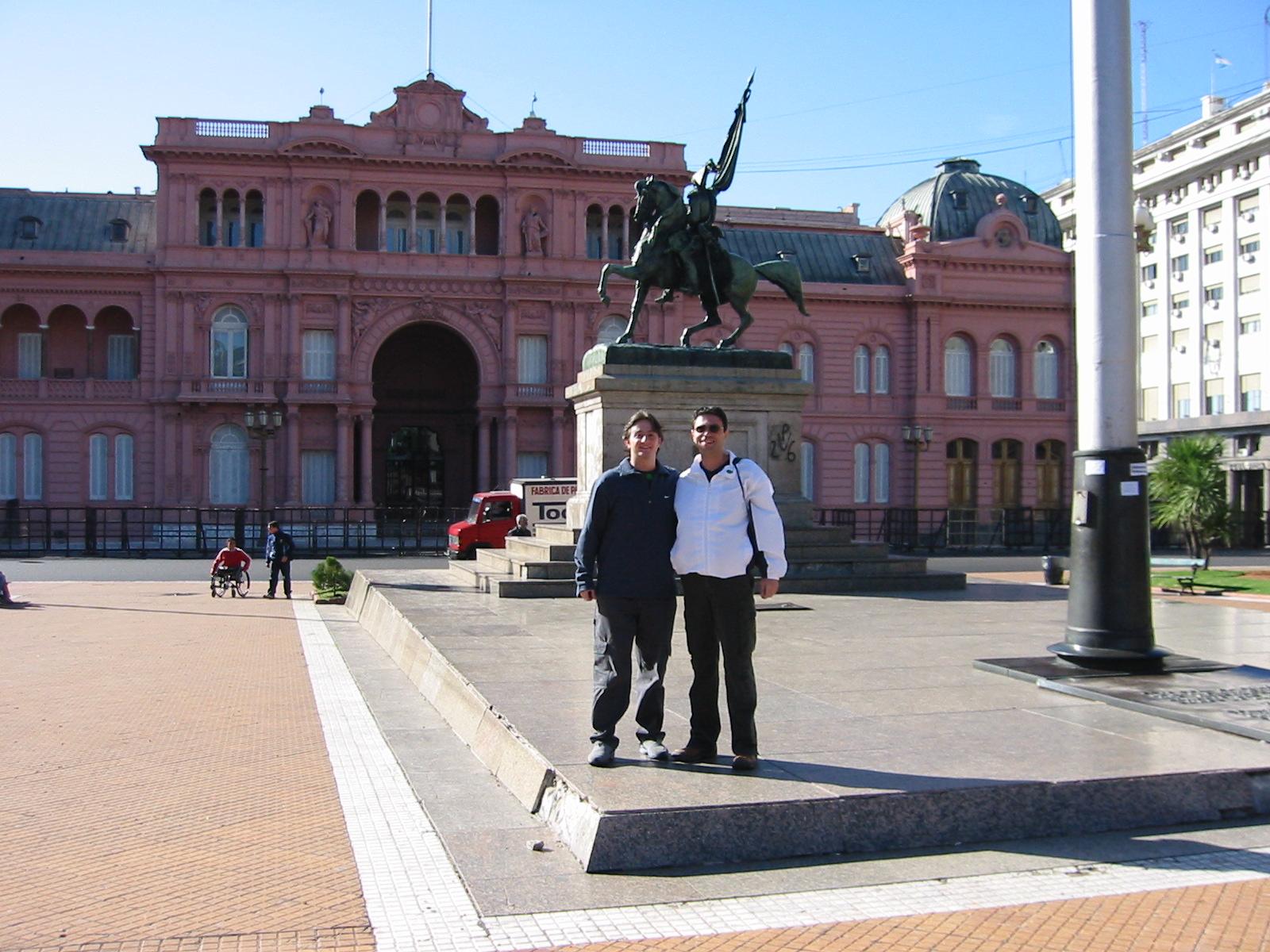 Com meu mano em frente à Casa Rosada.