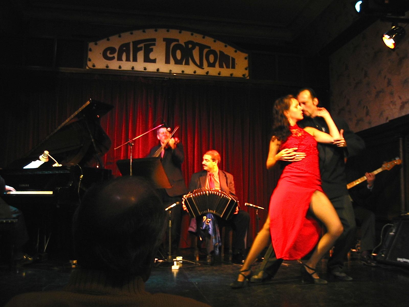 O famoso Café Tortoni, com o tango argentino na sua essência!