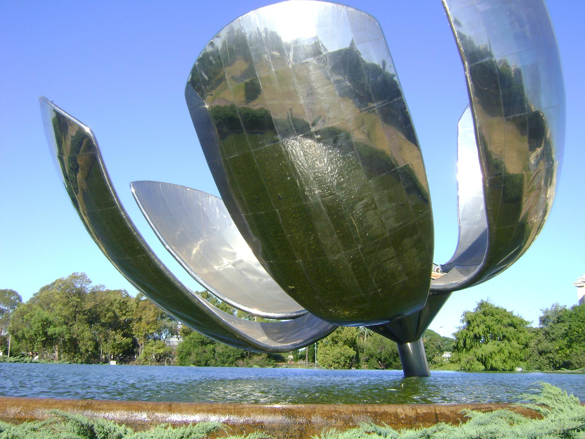 Floralis Genérica, uma escultura de 20 metros doada pelo arquiteto Eduardo Catalano, que se tornou um dos símbolos de Buenos Aires.