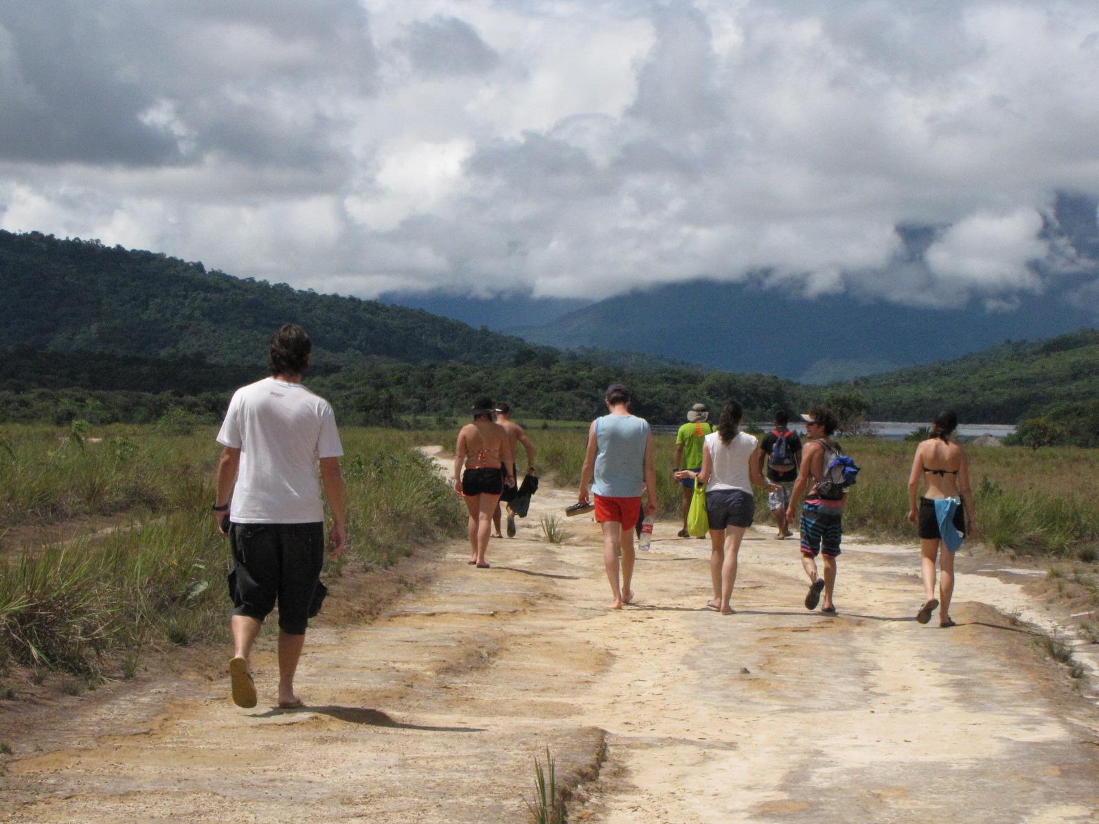 Viajantes caminhando na trilha