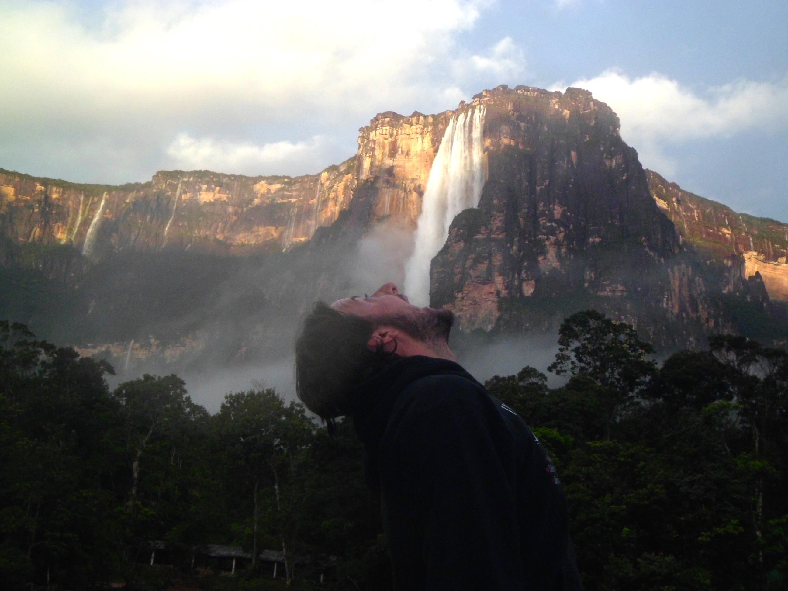 Mochileiro bebendo água do Salto Angel